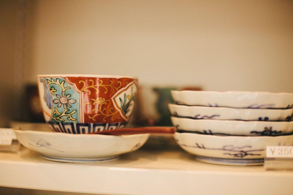 คอแล็คชั่นในร้านแอนทีคมุโระมะชิรวมไปถึงถ้วยญี่ปุ่นและเครื่องถ้วยชามอะริตะจากคิวชู