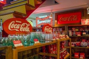 Maeda Craft punya satu lantai yang didedikasikan untuk menjual berbagai produk yang berkaitan dengan salah satu merek terkenal dunia - Coca-Cola