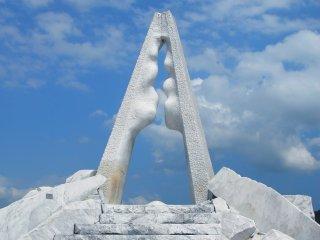 """この白い大理石の庭園のシンボルとも云える彫刻ではないだろうか """"光明の塔"""""""