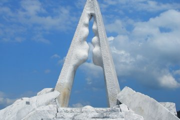 <p>&#39;Tower of Hope&#39;...main symbol of this white marble garden</p>