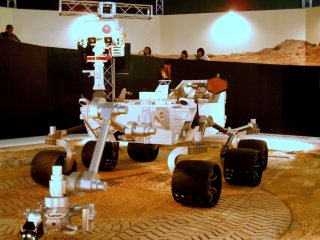 おっ、キュリオシティだ! NASA の火星探査機で、キュリオシティは愛称、正式名は「マーズ・サイエンス・ラボラトリー」。モデル車だが米国外で展示されるのは今回が初めて