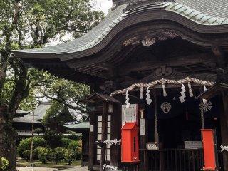 Bên trong ngôi đền này, bạn có thể thấy biểu tượng của gia tộc Ryōzōji, người cai trị Saga cho đến khi vị lãnh chúa cuối cùng bị giết trong trận chiến. Quyền lãnh đạo nơi này sau đó được chuyển cho Naoshige Nabeshima, một chư hầu trung thành của gia tộc Ryōzōji trong thời kỳ Chiến Quốc của thế kỷ 16.