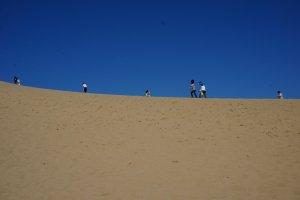 เนินทราย tottori เดินขึ้นเนินทรายไปชมวิวทะเล