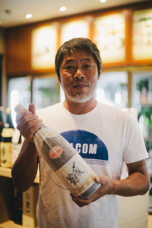 Miyata, người chủ thân thiện của cửa hàng, với niềm đam mê mãnh liệt dành cho rượu sake hảo hạng