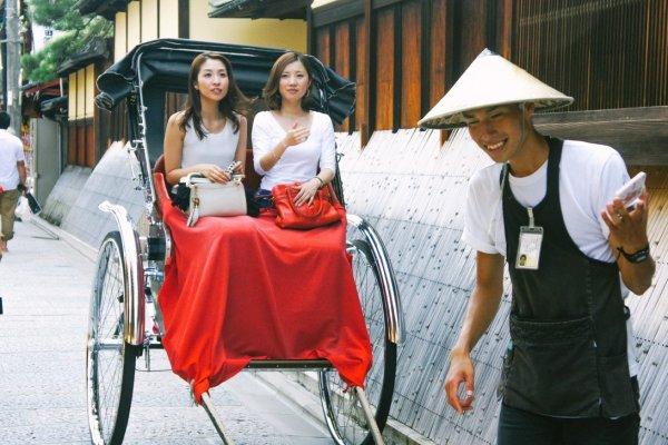 Dua orang turis lokal yang akan menikmati Kyoto dengan 'becak' khas Jepang
