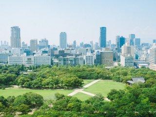 Pemandangan dari lantai paling atas, sentra bisnis di Osaka.