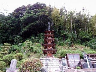 작은 5층 탑은 전 세계 자연재해의 희생자들의 영혼을 기리는 위령탑이다