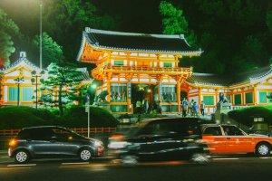 Terletak di kawasan Gion, kuil ini cukup mudah ditemukan. Gapura ini terlihat dari kejauhan di Jalan Shijo.