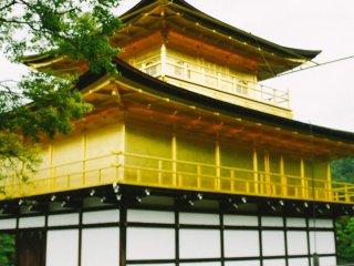 Paviliun emas dari jarak dekat