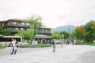 Frente de la estación Arashimaya Hankyu, solo necesitas caminar hacia el norte hacia Togetsukyo