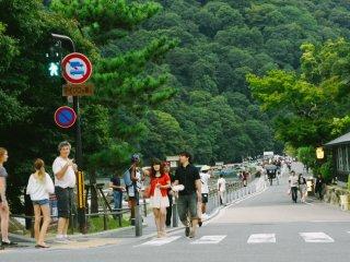 En tournant à gauche depuis Togetsukyo, vous vous retrouverez sur cette route