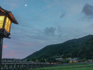 """Vue sur Arashiyama et Togetsukyo au crépuscule. Littéralement, Togetsukyo signifie """"le pont jusqu'à la lune"""". Désormais, je comprend mieux ce nom"""