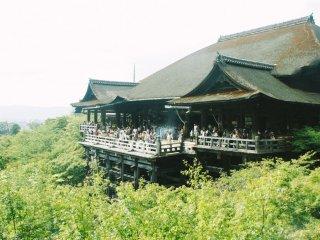 Aula utama dari Kiyomizu-dera. Berandanya ditunjang oleh kayu-kayu panjang. Terlihat seperti menggantung di tepian tebing.