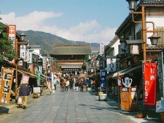 Kawasan pertokoan yang menjual souvenir dan oleh-oleh, terlihat gerbang sanmon di kejauhan.
