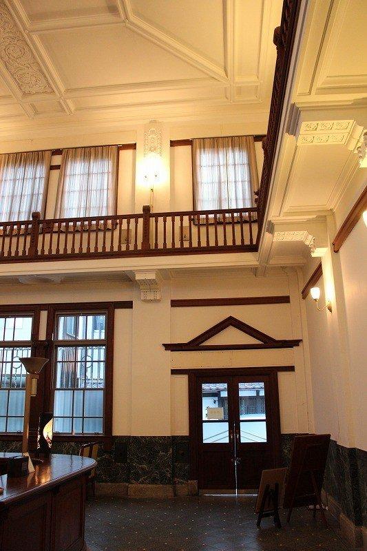 贅沢な漆喰模様で装飾された銀行内部。特に天井の模様は美しい