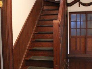 大正時代の建築美術の高い水準が階段や腰板にもうかがえる