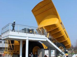 건기 메이커 KOMATSU가 제조하는, 세계 최대급의 전기 구동식 덤프트럭·930E