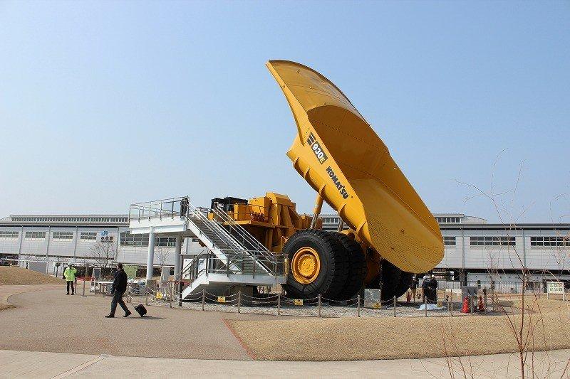 この「こまつの杜」は、建機メーカーKOMATSUのOBたちがガイド役を努めている