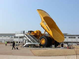 이 '코마쯔의 모리'는 건기 제조업체 KOMATSU의 OB들이 가이드 역할을 하고 있다