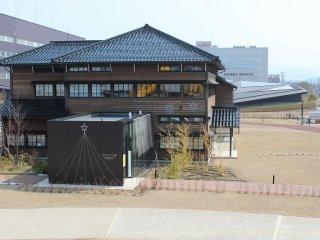 "930E 옆에 있는 이 건물은 ""두근두근 코마쯔관""으로, 건기에 관한 체험형 박물관으로 어린 아이들도 쉽게 접할 수 있도록 꾸몄다"