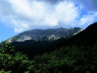 วิวอันงดงามของภูเขาไดเซ็นมองจากระเบียงชมวิวที่ยอดเขาคะงิคะเคะ ลวดลายเส้นยักของภูเขาไดเซ็น และป่าต้นบีสสามารถมองเห็นได้จากที่นี่