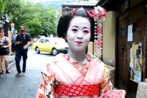 """Uma Gueixa em Quioto (Gion) depois de dizer """"Konnichiwa"""""""