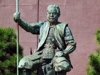 도요토미 히데요시에게 패하고 불타는 성 안에서 자살한 시바타 가쓰이의 청동상