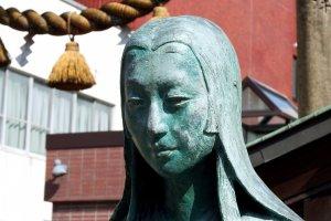 Patung perunggu Oichi, ibu dari tiga bersaudara, istri Shibata Katsuie, dan saudara perempuan Oda Nobunaga. Wajah cantiknya terlihat sedih...