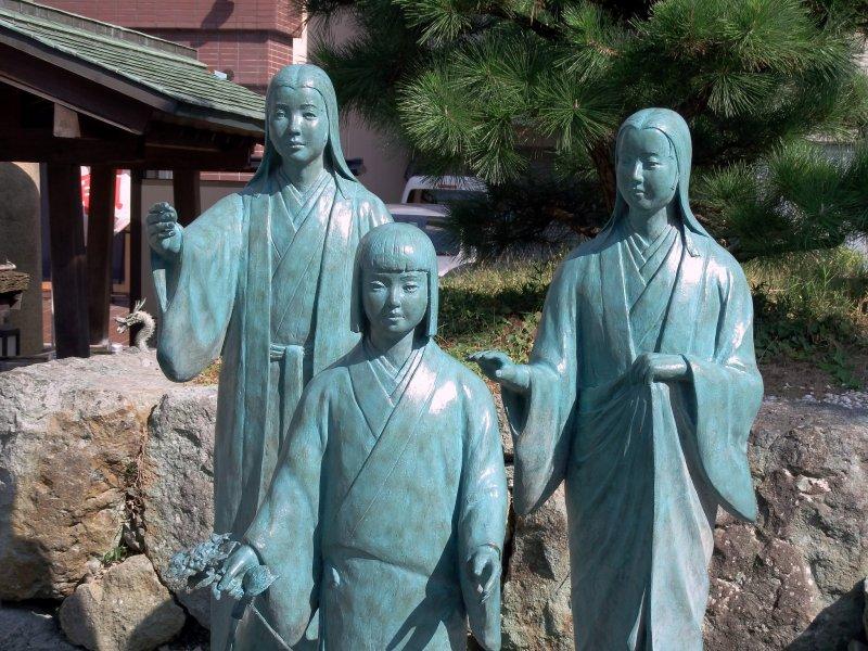 센고쿠 삼자매 동상: 차차(왼쪽), 고(가운데), 하쓰(오른쪽)