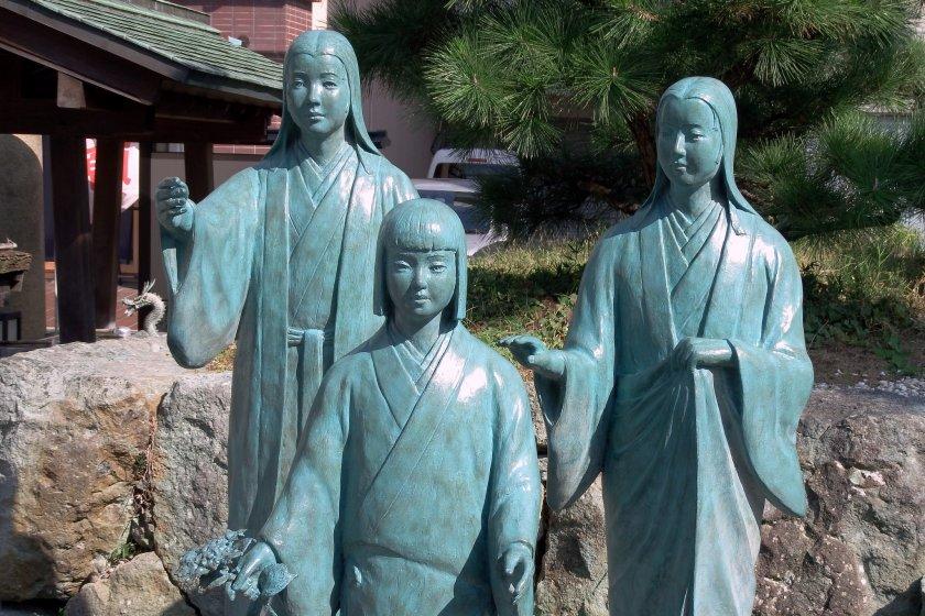戦国三姉妹のブロンズ像: 茶々 ( 左 )、江 ( 中央 )、初 ( 右 )