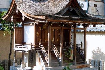 키타노쇼 성곽 내 시바타 신궁 옆에 서 있는 세 자매 사원의 또 다른 모습
