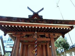 正面から見る小さな稲荷神社