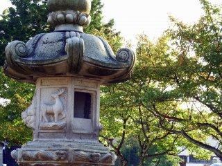 神鹿が彫り込まれた石灯籠・・・トナカイにも見える?