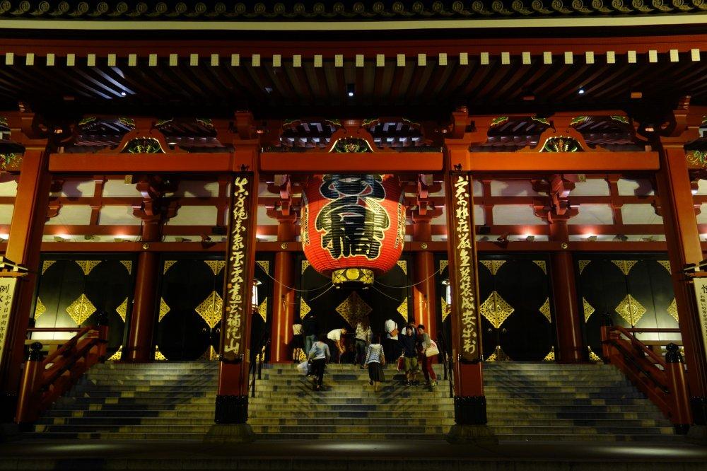 อาซากุสะตอนกลางคืน มีเสน่ห์ มาก สามารถขึ้นไปไหว้ได้แม้วัดปิด ;(