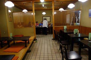 <p>มีโต๊ะหลายแบบให้เลือก เราได้นั่งโต๊ะรวม นั่งดูอาหารทุกคน</p>