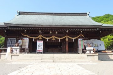 <p>The main building ornate with Shimenawa (Shinto straw rope), a set of paper lanterns, a pair of Komainu (lion-dogs) and an unusual large Ema</p>