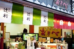 อีกมุมหนึ่งของร้านโอตาเบะ (Otabe) สาขาคิโยมิซึ (Kiyomizu) ที่เต็มไปด้วยขนมของฝากหลากรูปแบบหลายรสชาติ เป็นความอร่อยที่แนะนำให้หยิบเป็นของฝากกลับบ้าน