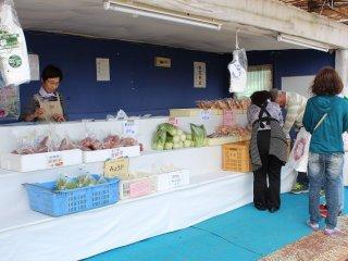 農家市場で採れたて野菜の即売も