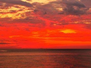 พระอาทิตย์ตกดินดูราวกับว่าจะเผาไหม้เมฆให้เป็นเถ้าถ่าน