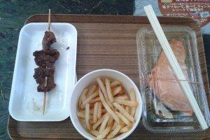 Mélange des saveurs : boeuf cuisiné à la façon de Hokkaido, saumon tout frais et frites pour accompagner le tout!