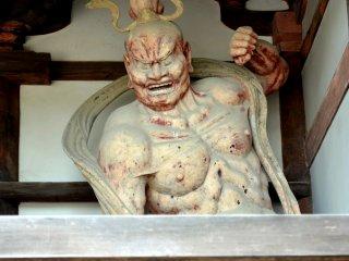 Статуя одного из богов-хранителей с открытым ртом
