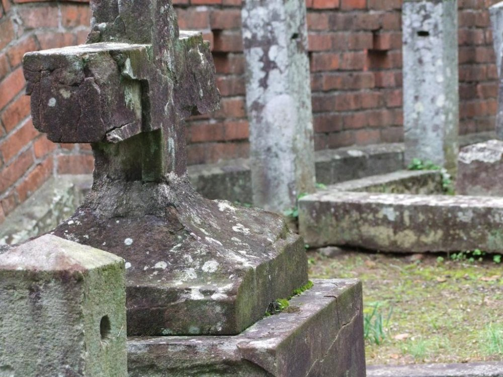 この墓地の墓石は数百年前のものだ