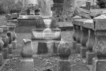 The most famous person buried here is Scottish merchant Thomas B. Glover. Glover came to Japan in 1859 and lived here for  more than 50 years.