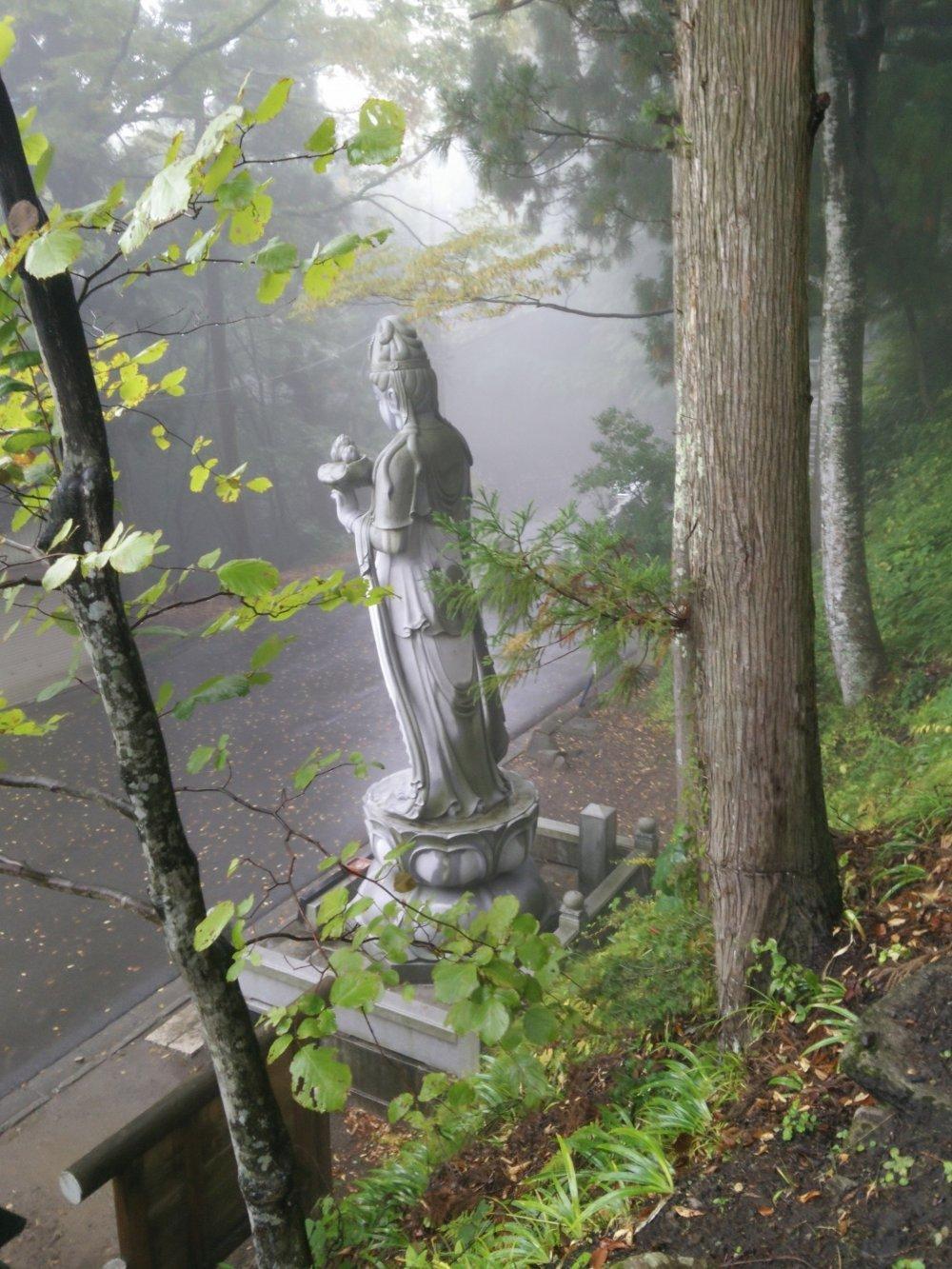 길의 꼭대기쪽에 닿으면 거대한 조각상이 반겨주고 있는 것을 볼 수 있다.