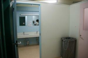 บริเวณทางเข้า ห้องอาบน้ำ แยกฝั่ง หญิง ชาย
