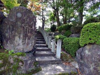 境内の鐘楼と庭園へ続く石段