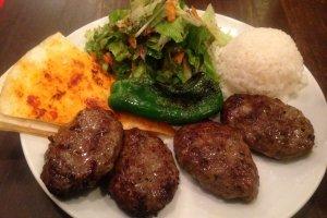 كفته ، وهو نوع من اللحوم المكورة والمصنوعة من لحم البقر مع التوابل التركية