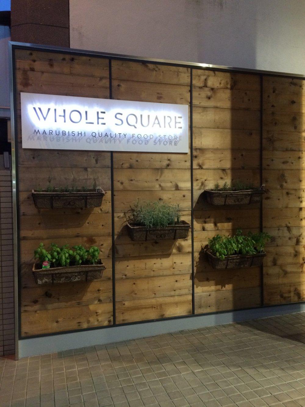 Của hàng Whole Square được bọc bên ngoài bằng ngoại thất Scandinavia.