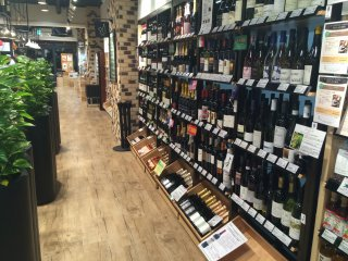 世界各国から集まったワイン。