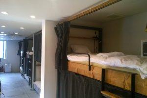 บรรยากาศภายในห้องนอนรวม (Dormitory Room) ซึ่งเป็นเตียงสองชั้นที่ออกแบบอย่างสวยเก๋ ที่สำคัญเครื่องนอนนั้นคุณภาพดีไม่ต่างจากโรงแรมหรูเลยทีเดียว